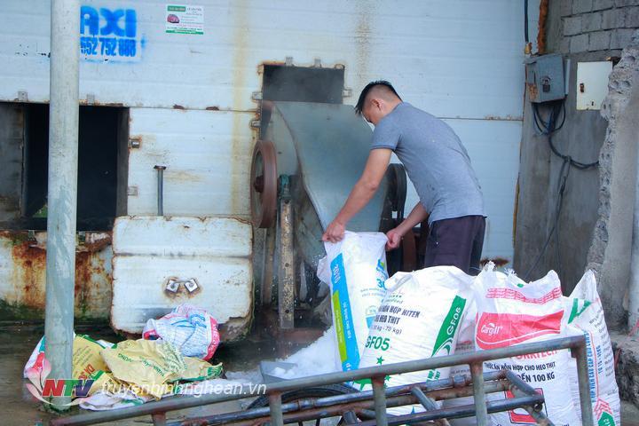 Các cơ sở xay đá lạnh làm việc liên tục để kịp cung cấp cho các chủ hàng chở cá đi xa.