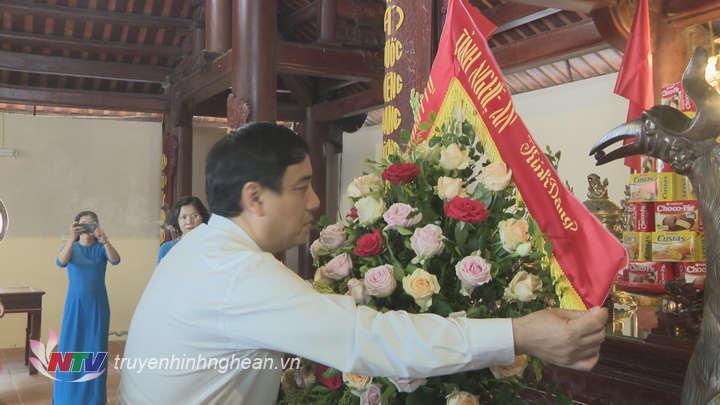 BÍ thư Tỉnh ủy Nguyễn Đắc Vinh dâng hương tưởng niệm Tổng Bí thư Lê Hồng Phong.