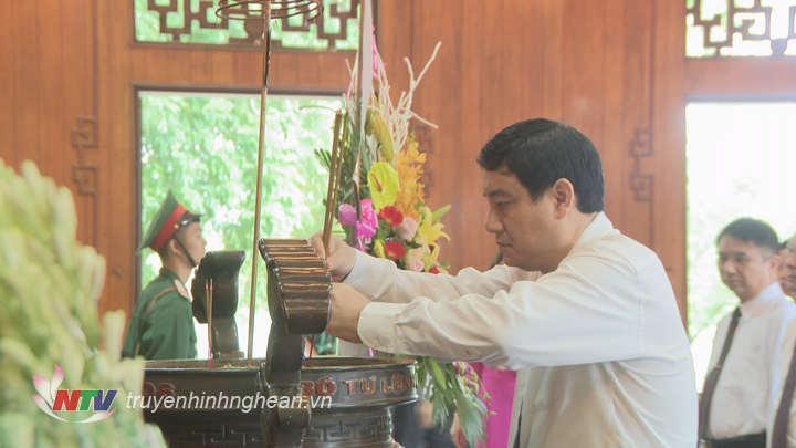 Bí thư Tỉnh ủy Nguyễn Đắc Vinh dâng nén hương thơm lên anh linh Chủ tich Hồ Chí Minh.