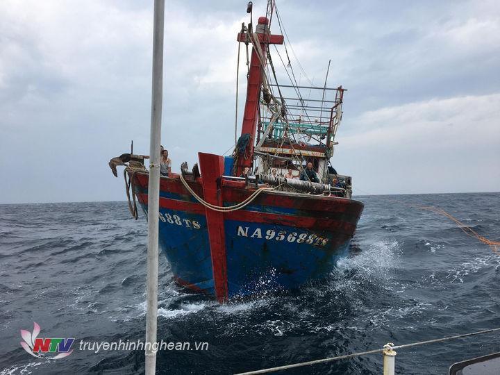 Tàu cá gặp nạn trên biển.