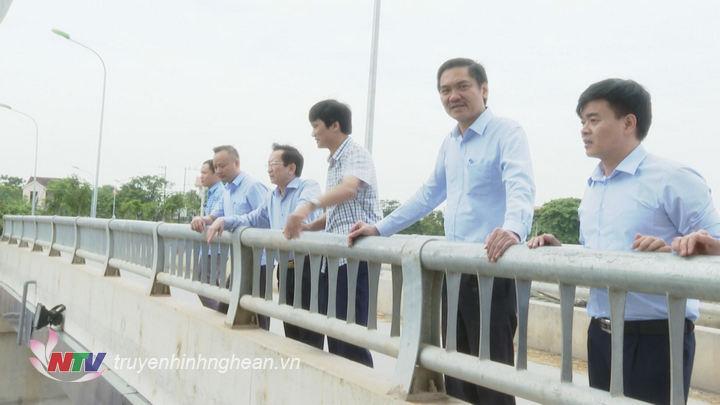Phó Chủ tịch UBND tỉnh Đinh Viết Hồng đi kiểm tra công tác phòng chống bão số 4.