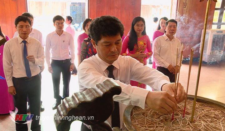 Đ/c Phạm Trọng Hoàng - Chánh Văn phòng Tỉnh ủy dâng hương tưởng niệm Chủ tịch Hồ Chí Minh.