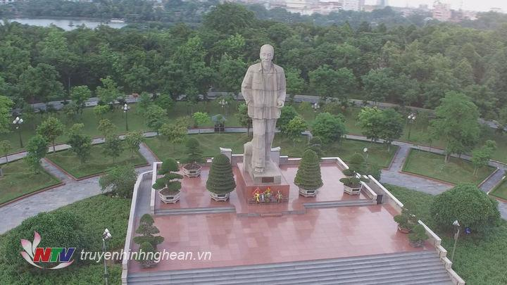 Tượng đài Chủ tịch Hồ Chí Minh tại quảng trường mang tên Người.
