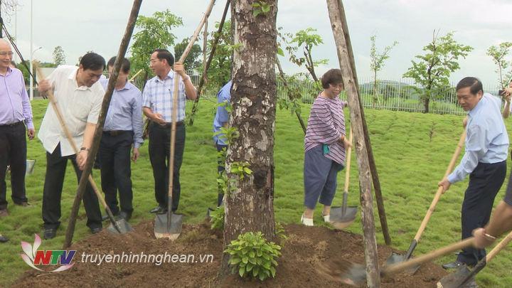 Bí thư Tỉnh ủy Cao Bằng trồng cây lưu niệm