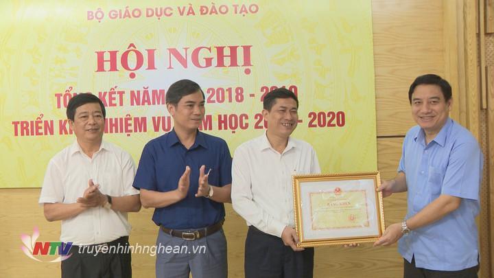 Bí thư Tỉnh ủy Nguyễn Đắc Vinh trao bằng khen của Bộ GD-ĐT cho sở GD-ĐT Nghệ An.