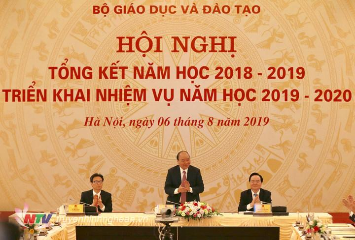 Thủ tướng Nguyễn Xuân Phúc dự và chỉ đạo hội nghị. Ảnh Hà Cường