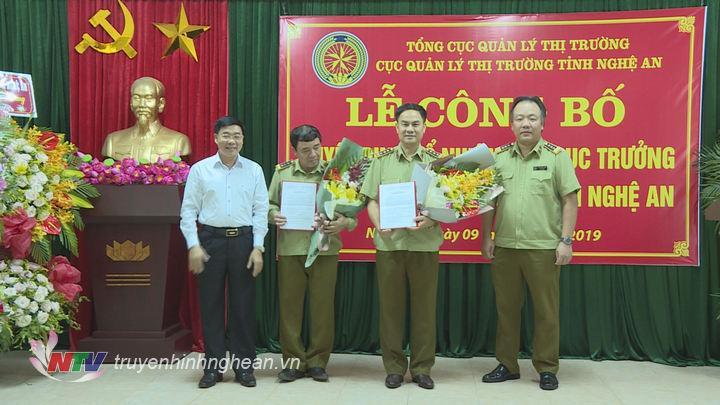 Lãnh đạo Tổng Cục quản lý thị trường và Tỉnh ủy Nghệ An trao Quyết định bổ nhiệm và tặng hoa chúc mừng cho 2 Cục phó Cục quản lý thị trường.