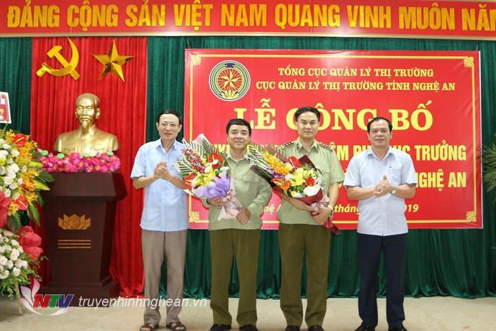 Đại diện Đảng ủy Khối Cơ quan cấp tỉnh và Sở Công thương Nghệ An tặng hoa chúc mừng.