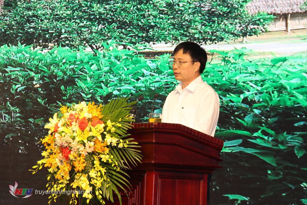 Bí thư Huyện ủy Nam Đàn Bùi Đình Long báo cáo tham luận tạ hội nghị.