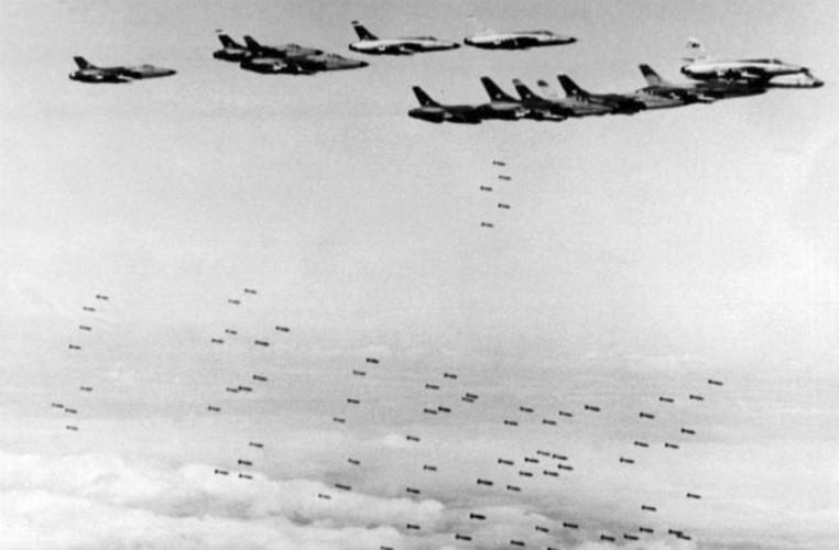 """Trong ngày 5/8/1964, Mỹ đã tiến hành chiến dịch Mũi Tên Xuyên nhằm ném bom một số cửa biển quan trọng của Việt Nam nhằm mục đích """"trả đũa"""" cho sự kiện vịnh Bắc Bộ. Đây cũng chính là chiến dịch mở đầu cho những cuộc chiến tranh phá hoại miền Bắc trong suốt 9 năm sau đó."""