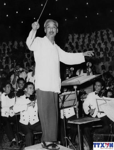 """Bức ảnh: """"Bác bắt nhịp bài ca Kết đoàn"""" do nhà báo Lâm Hồng Long (TTXVN) chụp tối 3/9/1960 tại chương trình văn nghệ quần chúng chào mừng thành công của Đại hội Đảng toàn quốc lần thứ III tổ chức tại Công viên Bách Thảo, Hà Nội."""