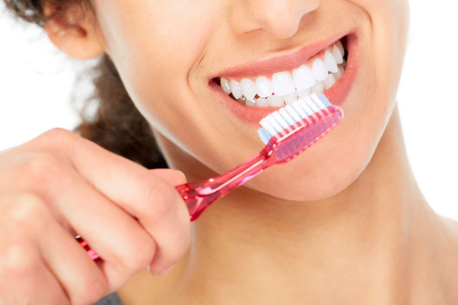 Vệ sinh răng miệng đúng cách để hạn chế sự hình thành cao răng.