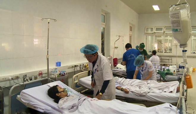 Chăm sóc cho người bệnh tại bệnh viên đa khoa Nghệ An. (Tư liệu)
