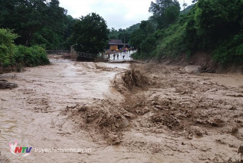 Lũ ống, lũ quét ở xã Tà Cạ, Kỳ Sơn. (Tư liệu)