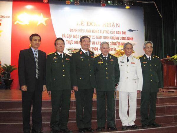 Đại tá Nguyễn Quý (thứ 4 từ trái sang) tại Lễ đón nhận danh hiệu Anh hùng lực lượng Vũ trang nhân dân của Ban quản lý dự án công trình DK1