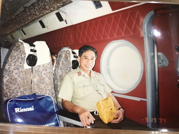 Đại tá Nguyễn Quý trong chuyến công tác tại nhà giàn trên bãi Tư Chính vào năm 1994. Ảnh: NVCC