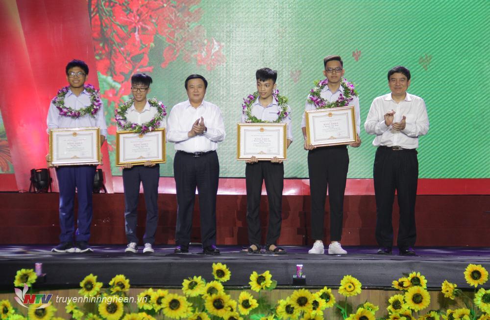 Bí thư Trung ương Đảng Nguyễn Xuân Thắng và Bí thư Tỉnh ủy Nghệ An Nguyễn Đắc Vinh trao bằng khen cho học sinh đạt giải Quốc tế.