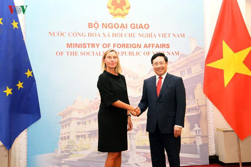 Phó Thủ tướng, Bộ trưởng Ngoại giao Phạm Bình Minh và Phó Chủ tịch Ủy ban Châu Âu (EC), Đại diện cấp cao của Liên minh Châu Âu (EU) về Chính sách đối ngoại và an ninh, bà Federica Mogherini.