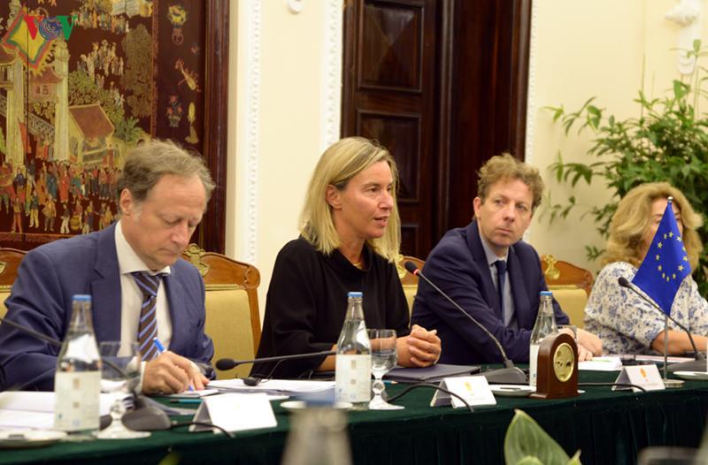 Phó Chủ tịch EC, Đại diện cấp cao của EU về Chính sách đối ngoại và an ninh Federica Mogherini khẳng định lập trường nhất quán của EU ủng hộ tự do hàng hải, hàng không, giải quyết tranh chấp bằng biện pháp hòa bình, tôn trọng luật pháp quốc tế và UNCLOS 1982.