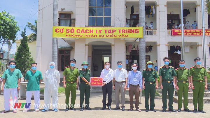 trao 10 triệu đồng tiền mặt và 10kg sắn giây cho lực lượng làm việc tại khu cách ly y tế tập trung huyện Tân Kỳ.