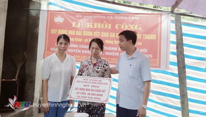 UBMTQ xã Xuân Lam trao tiền hỗ trợ xây dựng nhà Đại đoàn kết.
