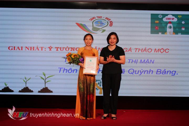 """Trao giải nhất cho ý tưởng """"Nuôi gà thảo mộc"""" của chị Nguyễn Thị Mận, xã Quỳnh Bảng."""