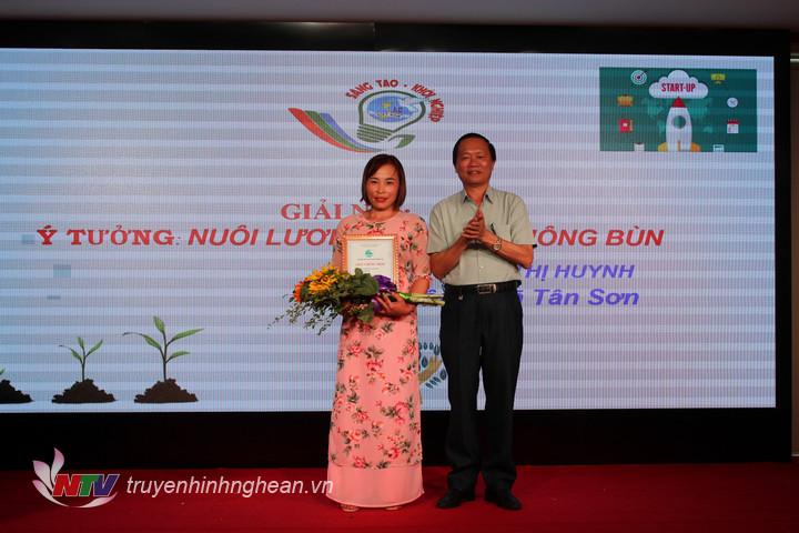 """Trao giải nhì là ý tưởng """"Nuôi lươn, ba ba không bùn"""" của chị Phạm Thị Huynh, xã Tân Sơn."""