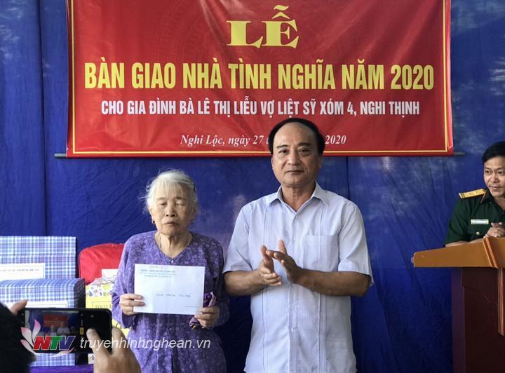 lãnh đạo huyện Nghi Lộc tặng quà gia đình bà Lê Thị Liễu.