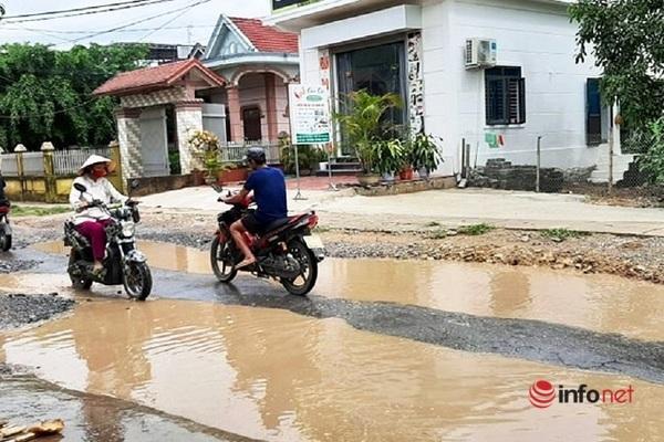 Các phương tiện đi lấn làn đối diện để né tránh các vũng nước