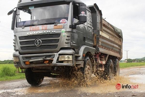 Tuyến đường xuống cấp một phần do lượng xe tải lưu thông hàng ngày rất nhiều.