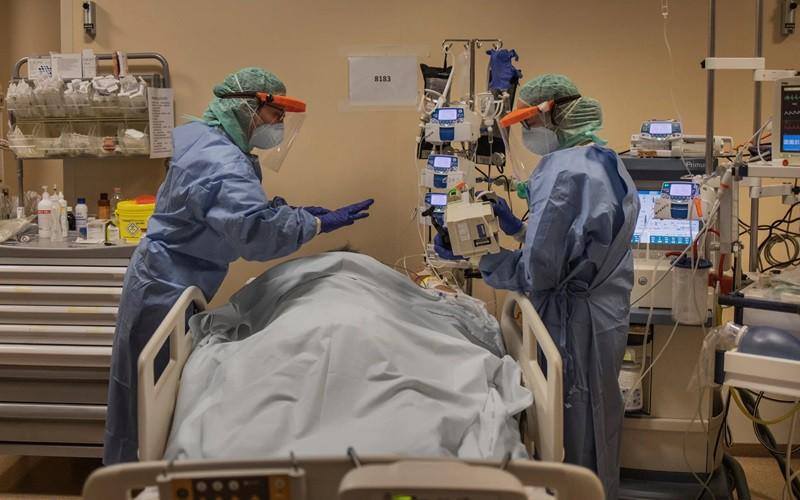 Điều trị bệnh nhân Covid-19 nặng ở Italy. Ảnh: New York Times.