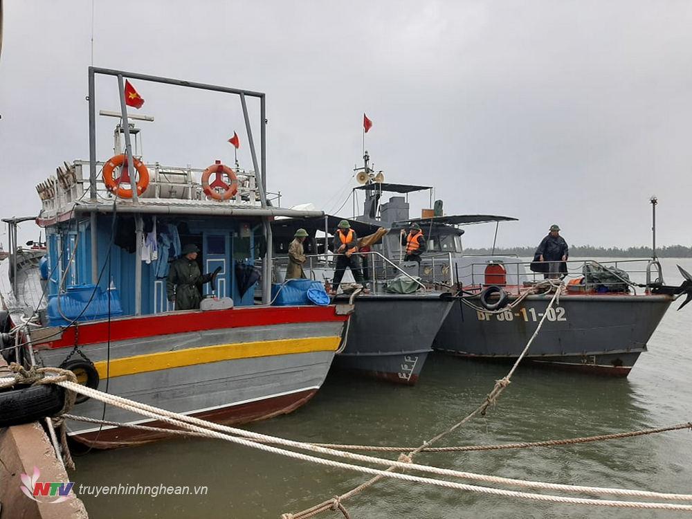 Tàu bè được lực lượng chức năng hướng dẫn neo đậu an toàn. (Tư liệu)