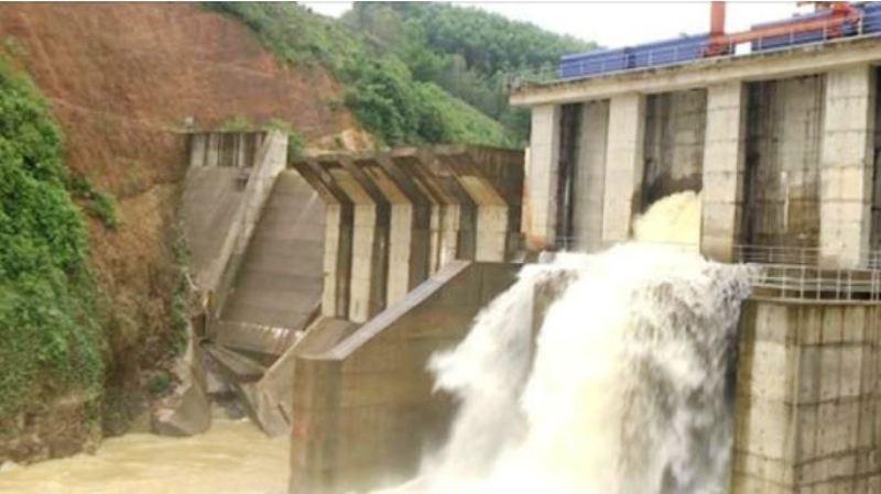 Nhà máy thủy điện Châu Thắng xả lũ.