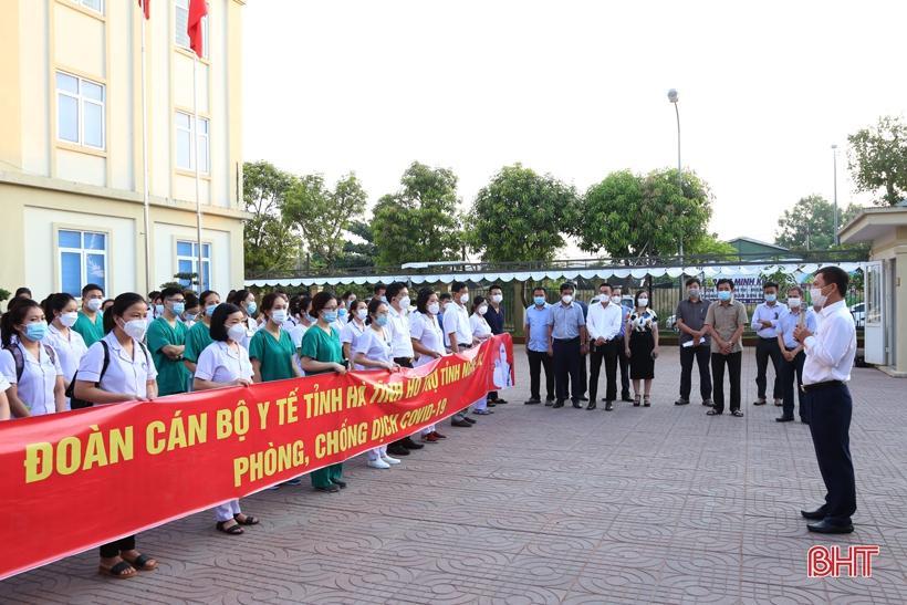 Phó Chủ tịch UBND tỉnh giao nhiệm vụ cho đoàn trước khi lên đường.