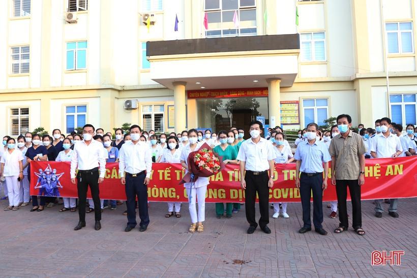 Phó Chủ tịch UBND tỉnh Lê Ngọc Châu và lãnh đạo Sở Y tế tặng hoa động viên cán bộ, nhân viên, sinh viên.
