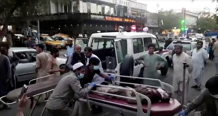 60 người thiệt mạng trong các vụ đánh bom liều chết ở ngoài sân bay quốc tế Kabul. (Ảnh: Reuters)