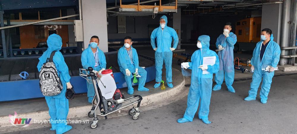 Lực lượng sân bay triển khai khử khuẩn khu vực đón công dân đảm bảo công tác phòng, chống dịch theo quy định.