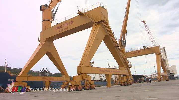 Hoạt động bốc xếp hàng hóa tại bến số 5 Cảng Cửa Lò.