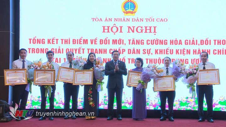 2. Bí thư TU Đảng, Trưởng Ban Nội chính TU Phan Đình Trạc tặng Bằng khen của Thủ tướng cho các tập thể và cá nhân có nhiều thành tích trong công tác