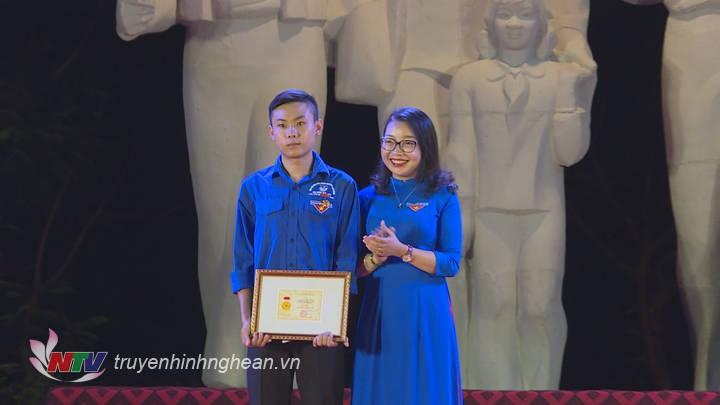 Trao tặng Huy hiệu Tuổi trẻ dũng cảm của Trung ương Đoàn cho em Lương Thế Mạnh với hành động cứu người trong đợt mưa lũ vừa qua.