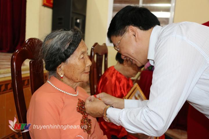 Đồng chí Nguyễn Văn Thông – Phó bí thư Tỉnh uỷ trao huy hiệu 70 năm tuổi đảng cho bà Lê Thị Nguyệt.