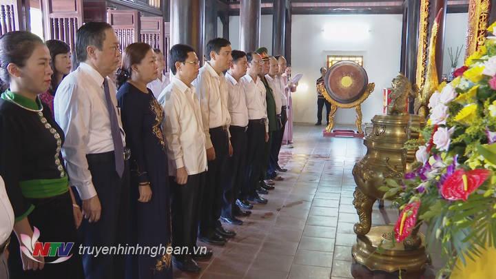 Các đồng chí lãnh đạo tỉnh làm lễ tưởng niệm các anh hùng liệt sỹ Xô viết Nghệ Tĩnh.
