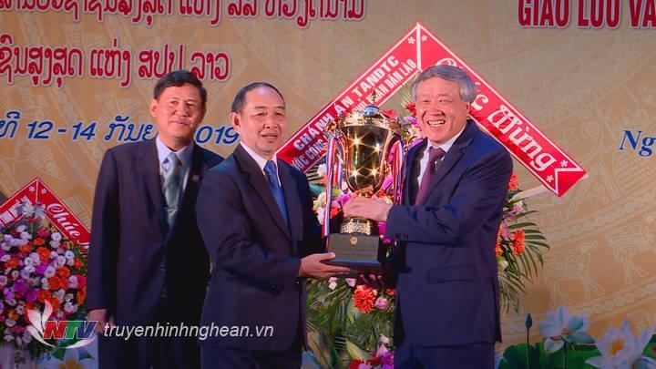 đoàn đại biểu TAND đã trao tặng hoa chúc mừng, cờ lưu niệm cho nhau
