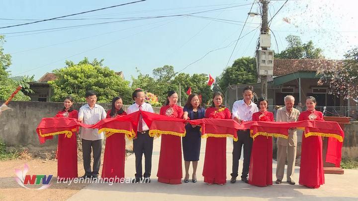 Các đại biểu cắt băng khánh thành công trình chào mừng 65 năm Ngày thành lập Đảng bộ Khối Các cơ quan tỉnh.