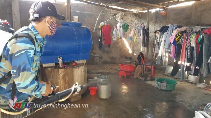 Xã Diễn Ngọc đã tổ chức phun hóa chất diệt muỗi và tiêu độc khử trung trên toàn xã.