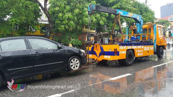 Một chiếc ô tô bị chết máy khiến chủ xe phải gọi cứu hộ tới trợ giúp.