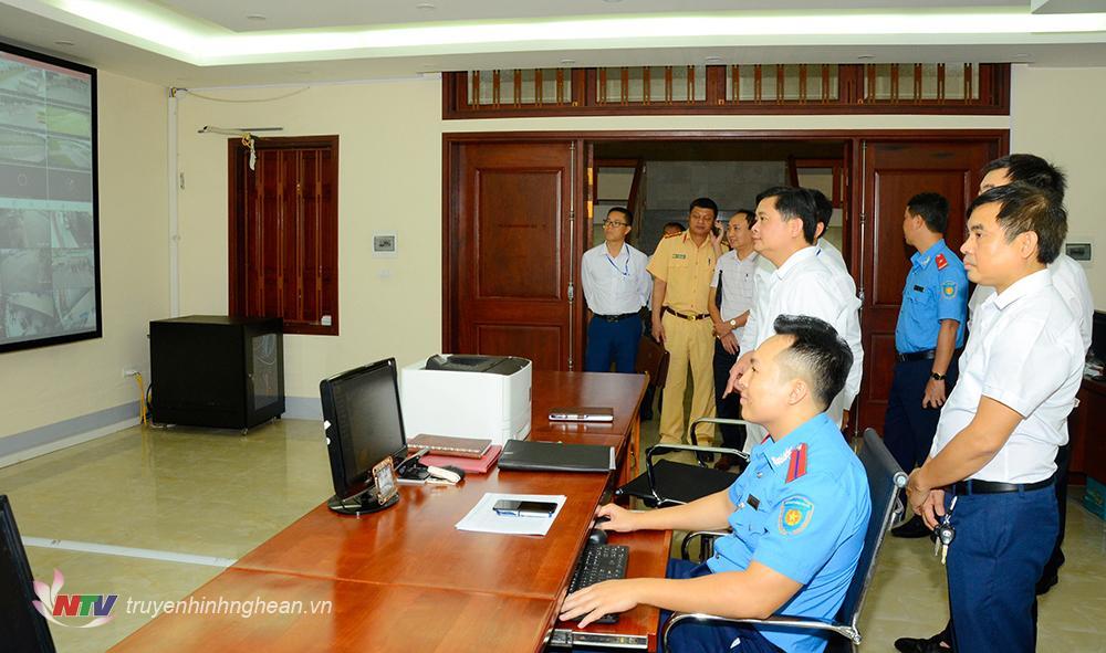 Chủ tịch UBND tỉnh Thái Thanh Quý thăm trung tâm giao thông thông minh tại sở GTVT.