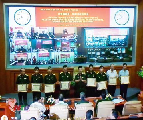 Trao thưởng đại diện cho các tập thể và cá nhân tại điểm cầu Bộ Quốc phòng.
