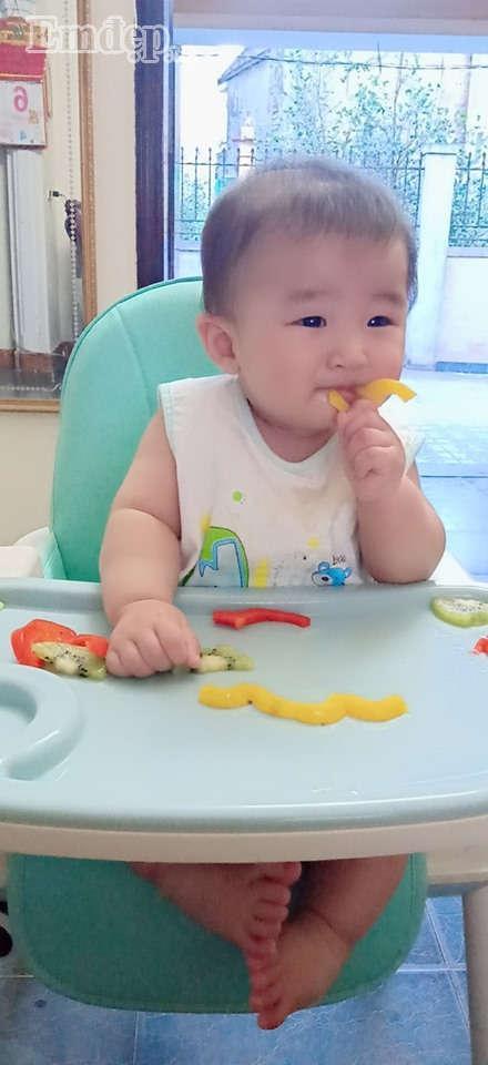 Bé Tào Tháo rất hợp tác với mẹ trong chuyên ăn uống (Ảnh: NVCC)