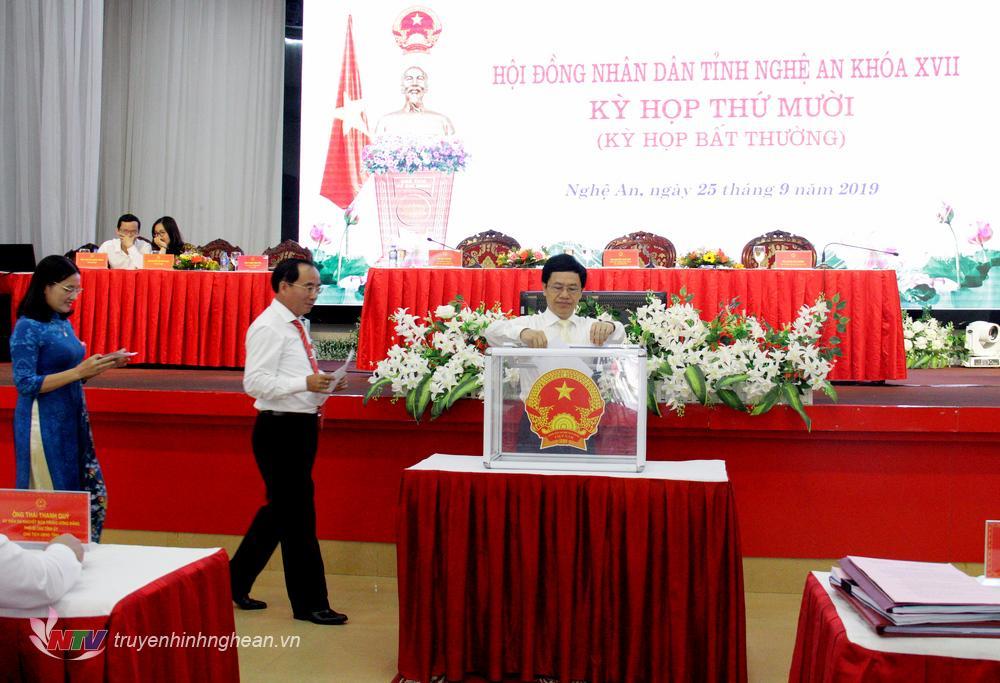 Các đại biểu tiến hành bỏ phiếu bầu Ủy viên UBND tỉnh nhiệm kỳ 2016-2021.